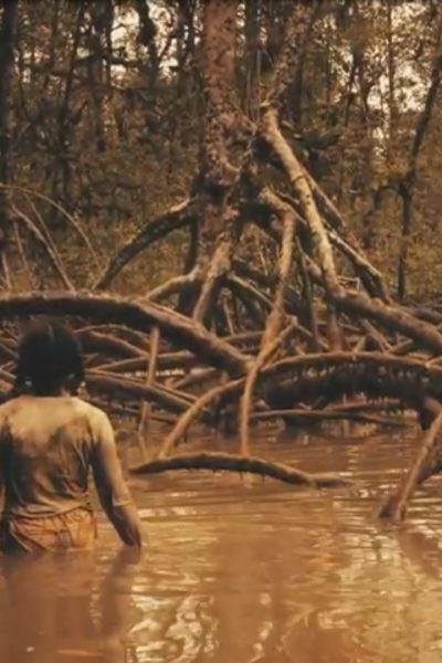 """Joven en el manglar - Fotograma de """"María de los esteros"""" de Cinespina"""