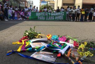 Plantón frente a la Fiscalía de madres y jóvenes de Llano Verde