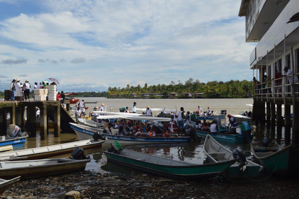 La Caravana en su arribo a una de las comunidades de la costa caucana.