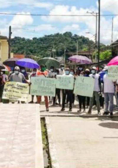 El p. Ariel Viáfara sobre un plano general de una manifestación en López de Micay